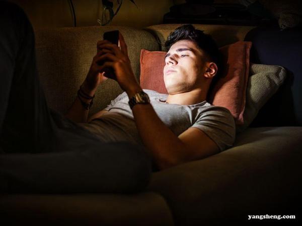 睡前玩手机危害大?赶紧学几招降低危害的方法
