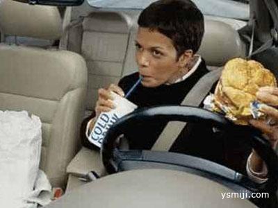 别总在车内吃东西  这些害处你知道吗?