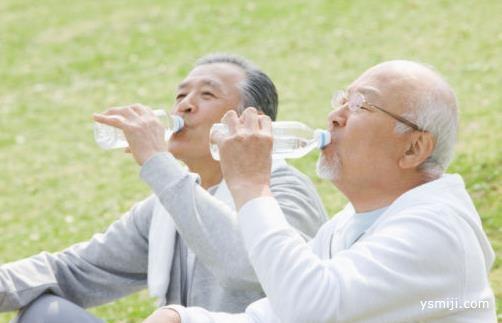 喝水有这3个习惯容易得肾病