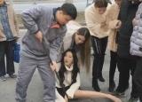 漂亮女孩大腿被卡下水道 原因网友大笑
