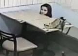 女子竟在餐厅做这不堪入目之事
